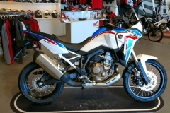 África Twin CRF1100L Color Blanco Tricolor Perla Glare en Servihonda.