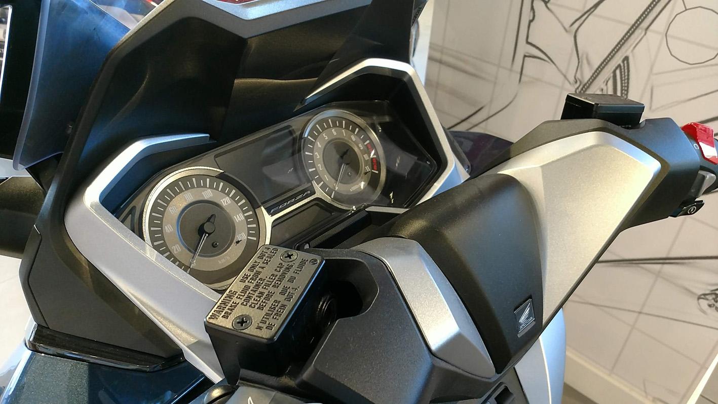 Honda Forza 300 detalle instrumentación.