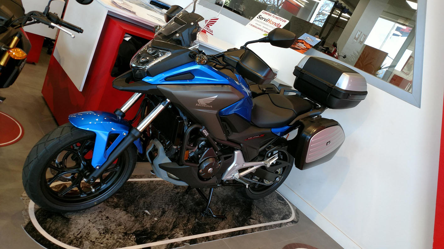 Honda NC750X Travel Edition Color Azul Glint Wave Metalizado.
