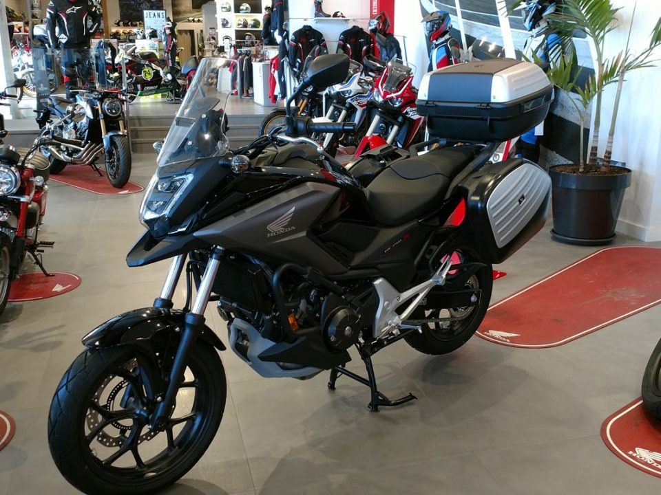 "Honda NC750X con el pack ""Touring Limited Edition"" y caballete central."